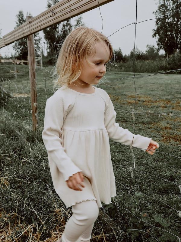tuotekuva-ihana-clothing-lasten-värjäämätön-luonnonvalkoinen-luomupuuvilla-lempi-mekko