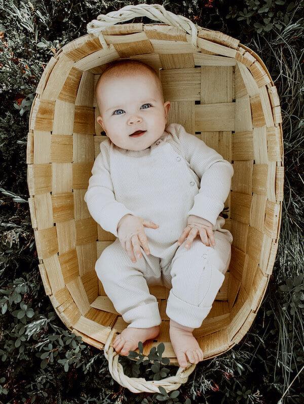 Vauva makoilee korissa Hento Haalari yllään