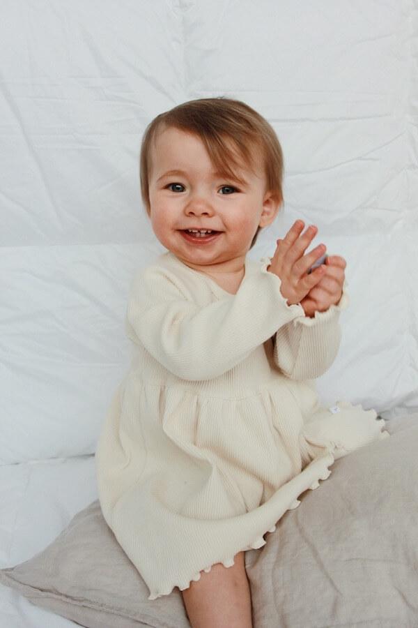 Suloinen pieni tyttö nauraa