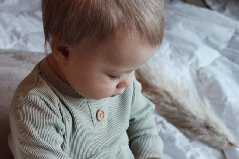 Läheltä kuvattuna Poika Rento Haalarissa