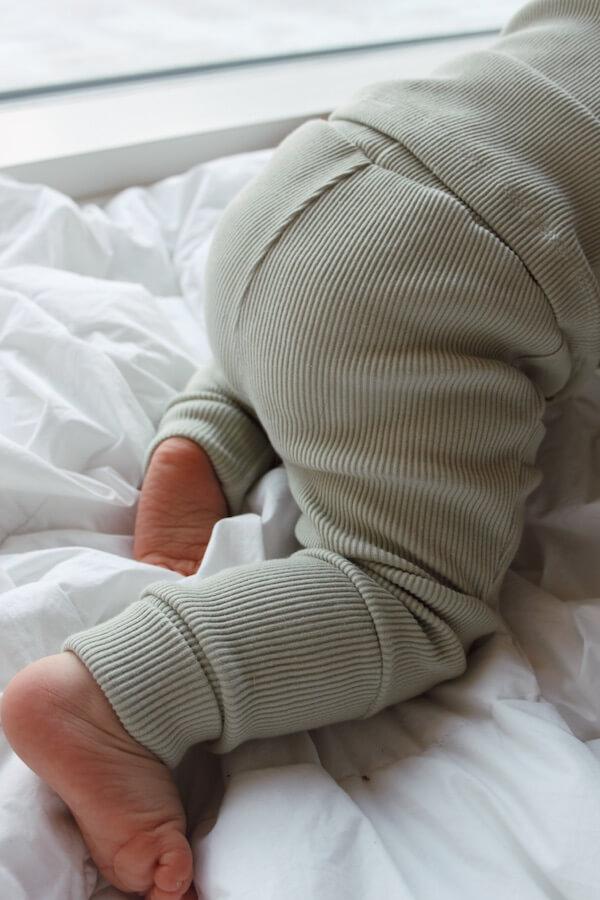 Ihanat Seikkailu Housut Sumunvihreän sävyssä vauvan päällä