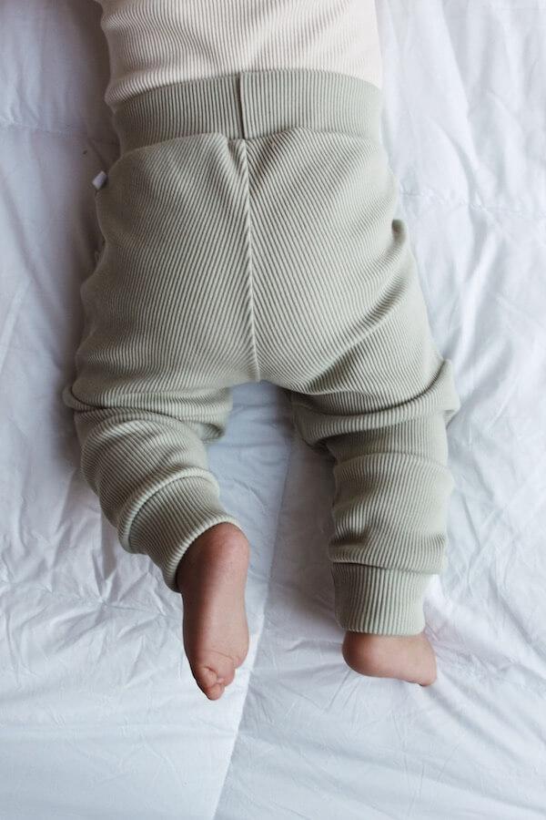 Vauvalla yllään Seikkailu Housut Sumunvihreän sävyisenä