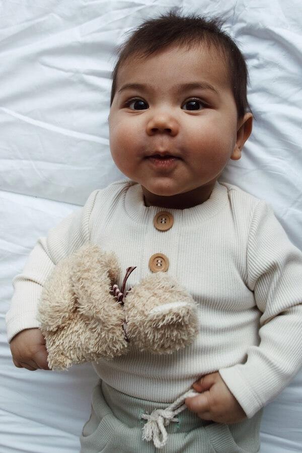 Vauvalla yllään kotimainen Vaniljan sävyinen Uskallus Body