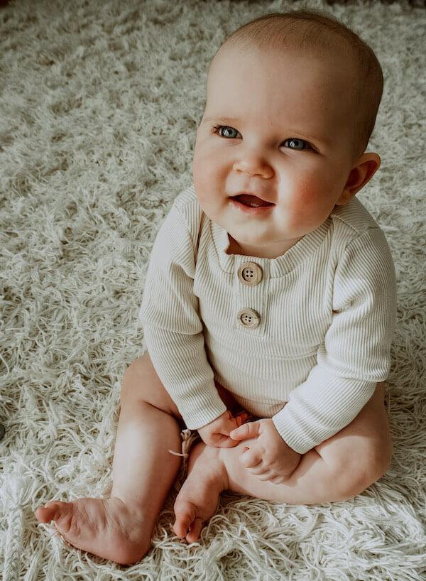 Vauvalla yllään ihana Uskallus Body Vaniljan sävyssä