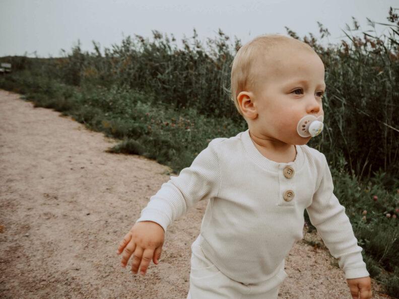 Uskallus Body Vaniljan sävyisenä juoksevan lapsen päällä