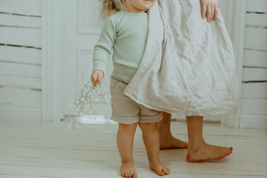 Lapsi ja nainen lähikuvassa tanssimassa