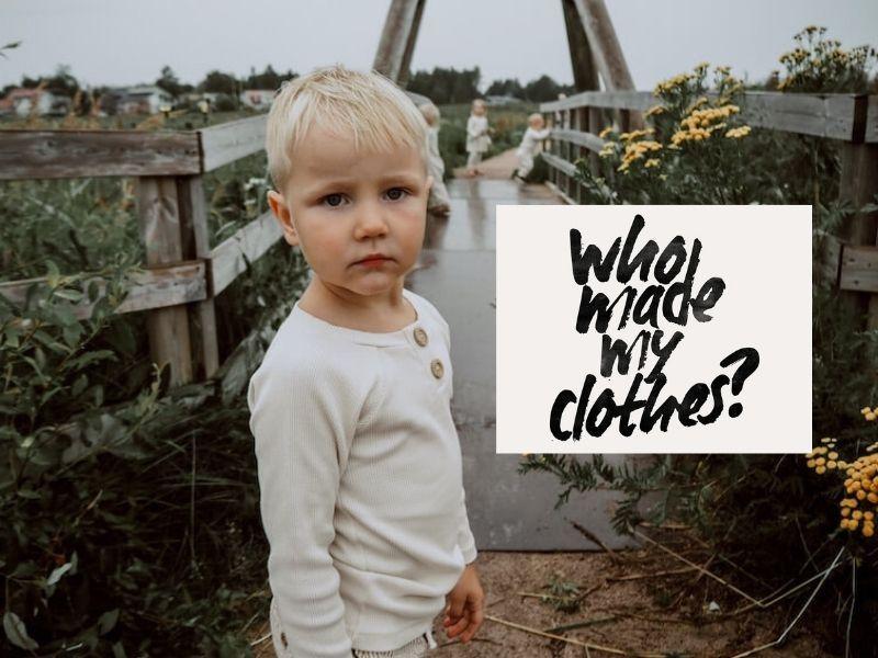 Fashion revolution, poika sillan edessä Vaniljan sävyisessä paidassaa, kuvassa lukee who made my clothes