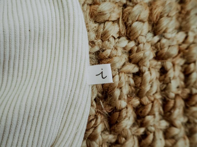 Ihana i-merkki lähikuvassa maton päällä